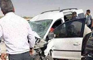 Hafif ticari araç traktöre çarptı: 1 ölü, 3...