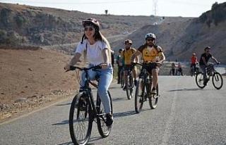Öğretmenler Cudi Dağı'na bisiklet sürüp,...