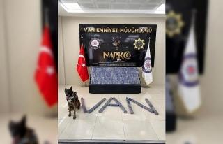 Otomobildeki 101 kilo eroini narkotik köpeği 'Magnum'...