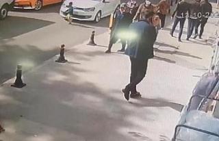 Otomobilin yola fırlayan çocuğa çarptığı kaza...