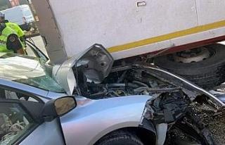 TIR'a çarpan otomobildeki 3 kişi yaralandı;...
