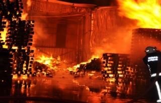 Fabrika alev alev yandı...2 kişi son anda kurtarıldı