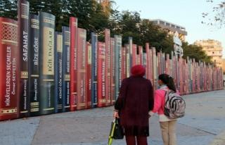 Bir duvar bir kütüphane
