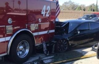 Tesla'nın otomatik pilotu kaza yaptı, federal inceleme...