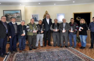 Özkan'dan esnafa destek kunduracılara plaket