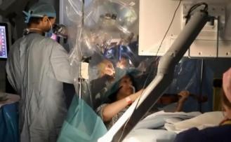 Sıra dışı anlar! Beyin ameliyatı olurken keman çaldı