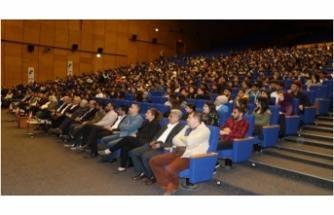 Diyarbakır'da öğrencilerle buluştu