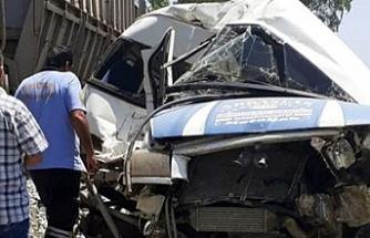 Mersin'de feci kaza! Tren minibüse çarptı...