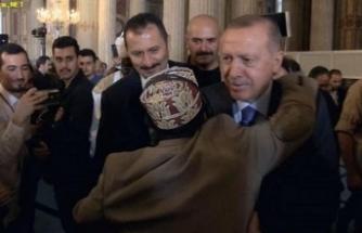 """Afrikalı katılımcı güvenliği geçip """"Reis"""" diyerek Erdoğan'a sarıldı"""