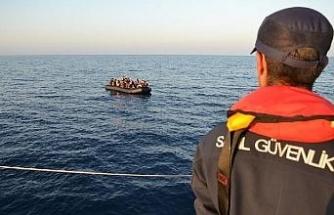 Lastik bot içinde 35'i çocuk, 74 kaçak göçmen yakalandı