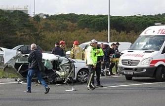 Ümraniye TEM Otoyolu'nda kaza yapan otomobil ikiye bölündü: 1 ölü (1)
