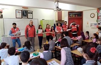 Bursa'da kızılay yetkililerinden öğrencilere teşekkür