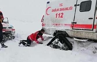 Sağlık ekibi, kara saplanan paletli ambulansı elleriyle kazarak kurtardı