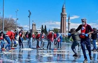 Antalyaspor taraftarı, Cumhuriyet Meydanı'nı koronavirüse karşı dezenfekte etti