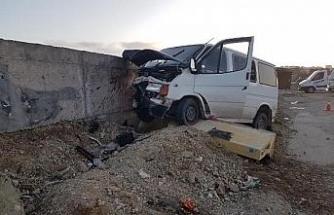 Minibüs hastane duvarına çarptı: 9 yaralı