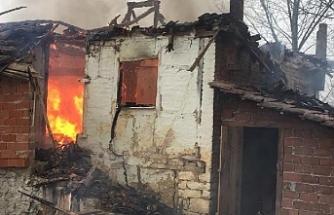 Yaşlı kadının evi alev alev yandı!
