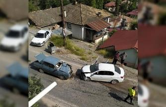 Feke'de iki otomobil çarpıştı: 1'i bebek 4 yaralı