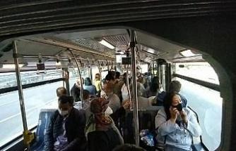 Metrobüste içindeki yolcu kalabalığı görüntülendi
