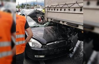 TIR'ın altına giren otomobilin sürücüsü ağır yaralandı