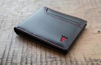 Bankta unutulan cüzdan sahibine ulaştırıldı