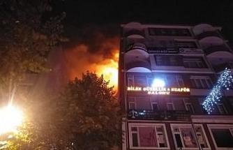 Bilecik'te 8 katlı bir binanın çatısındaki yangın korkuttu