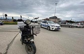Elektrikli bisiklet otomobile çarptı: 1 yaralı