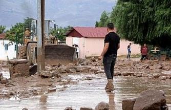 Erzincan'da dereden taşan sel suları mahallenin ortasından geçti