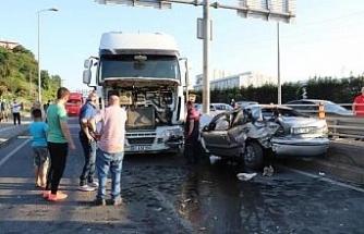 Hafriyat kamyonuyla çarpışan otomobildeki 3 kişi yaralandı