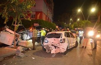 Işıkta bekleyen araçlara çarptı, kaza yerinden kaçtı: 2 yaralı