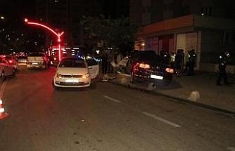 Otomobil kırmızı ışıkta duramadı: 2 kişi yaralandı