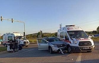 Ambulans ile otomobil kavşakta çarpıştı