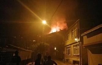 Beşiktaş'ta 4 katlı binanın çatı katı yandı