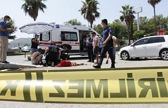 Kaza yapan yaralıyı güneşten branda ve şemsiye ile korudular