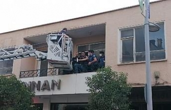Kullanılmayan pasajda saklanan şüpheliler, itfaiye merdiveniyle yakalandı