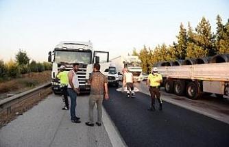 Patlayan lastiğini değiştirmeye çalışan sürücü, TIR'ın çarpmasıyla öldü