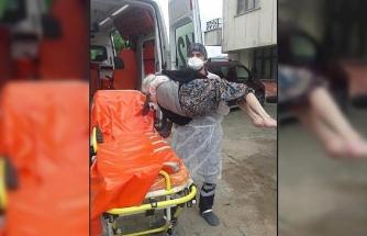 Sağlık çalışanı, evinde karantinaya alınacak yaşlı kadını kucağında taşıdı
