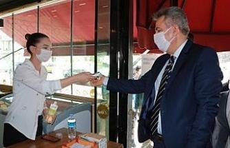 Adana'da denetime katılan Vali Elban, börekçiye ateşi ölçülerek alındı