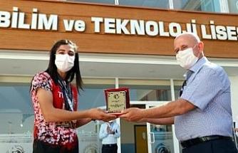 Balkan üçüncüsü milli atlet Nevin'e, öğretmenlerinden alkışlı karşılama