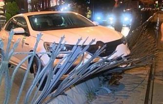 Beyoğlu'nda otomobil tramvay korkuluklarını devirdi: 2 yaralı