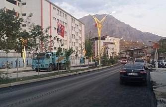 Hakkari'de tahrip olan yollar sıcak asfaltla onarılıyor