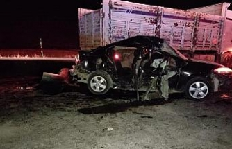 Tatvan'da otomobil ve kamyon çarpıştı: 1 ölü, 4 yaralı