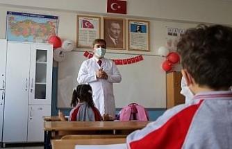 Vali Aydoğdu önlüğü giyip öğrencilere ilk dersi verdi