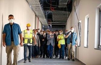 Cumhurbaşkanı Yardımcısı Oktay, Türkiye tarafından KKTC'ye yaptırılan pandemi hastanesini inceledi