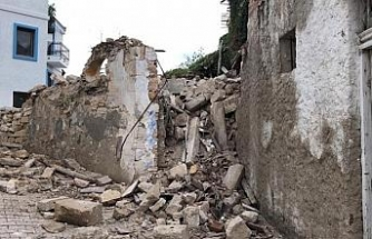 Deprem Çeşme'deki bazı binaların duvarlarını yıktı