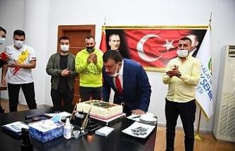 Derebeylerinden Gürkan'a sürpriz kutlama