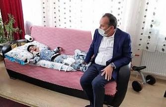 Milletvekili Ceylan engelli çocuğa protez hediye etti