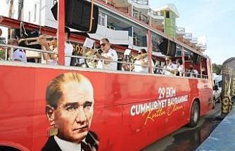 Mobil etkinlik otobüsü 29 Ekim coşkusunu caddelere taşıdı