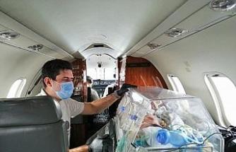 (ÖZEL) Ambulans uçakla bir günde iki bebek operasyonu