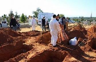 Aydın Efeler'de Mezarlıklar Müdürlüğü görevlileri en yoğun günlerden birini yaşadı