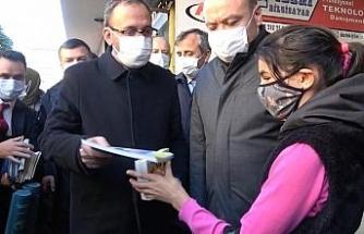 Bakan Kasapoğlu vatandaşlara kitap dağıttı